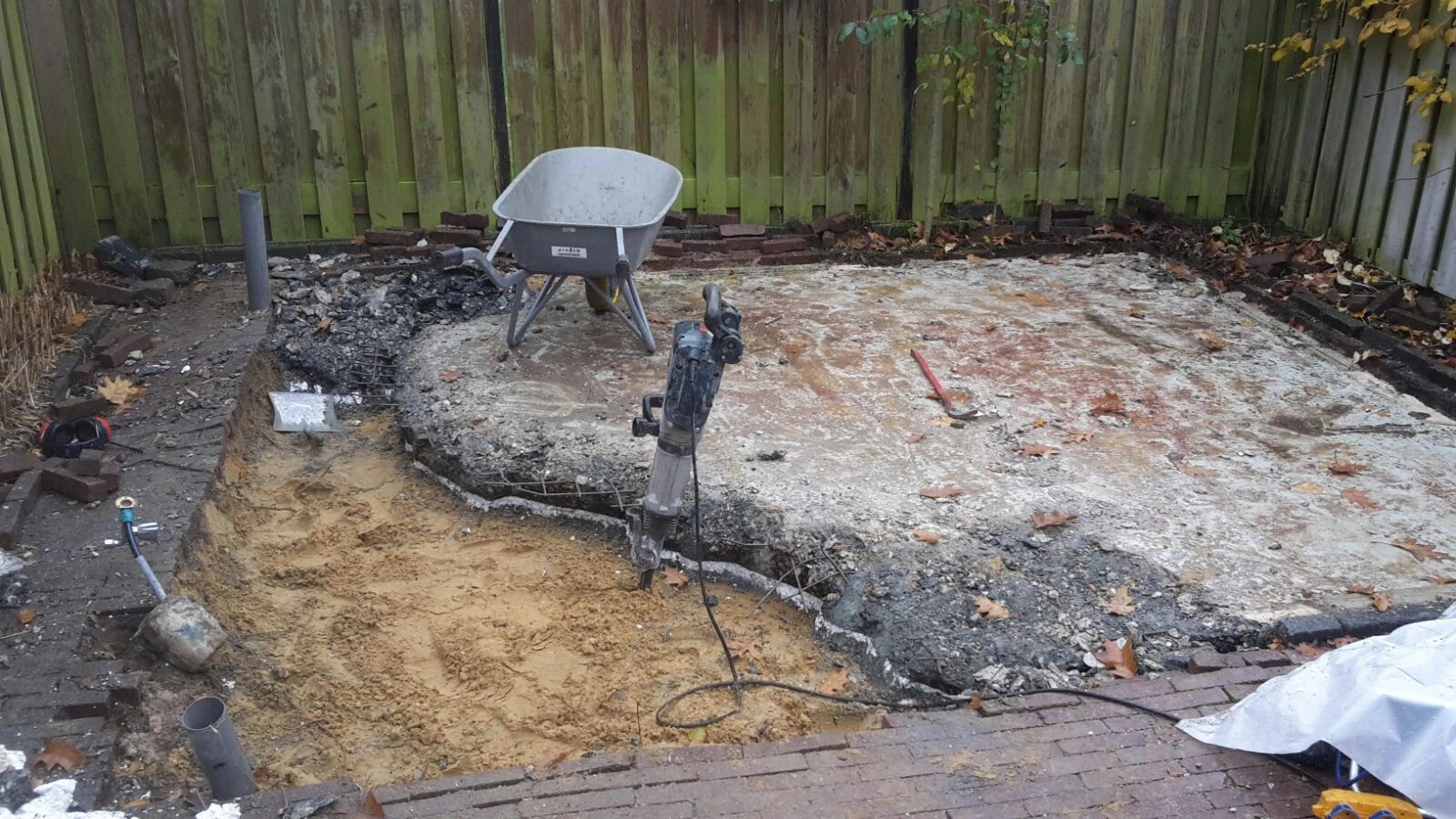 Zeer Betonvloer slopen, buiten achter het huis in Nijmegen BO77